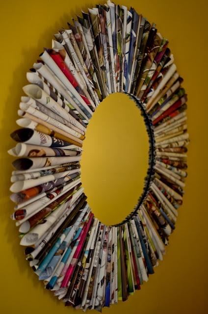 Recycle, re-use en upcycle. Zo maak je van een oude spiegel en wat tijdschriften / magazine s een hippe accessoire voor de kinderkamer / tienerkamer. Goedkope knutsel tip van Speelgoedbank Amsterdam voor kinderen en ouders. Budget knutselen / Goedkoop knutselen.