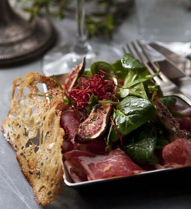 Coppa med sallad av rosmarinbakade fikon och valnötscrostinis