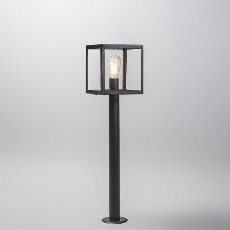 Buitenlamp Rotterdam paal 100 zwart - Deze strakke buitenlamp bestaat uit een vierkant frame, u creeërt een sfeervol beeld in uw tuin dankzij de glazen panelen aan de zijkanten van de lamp. Voor extra stijl-punten kunt u overwegen te kiezen voor een decoratieve lichtbron die gezien mag worden!