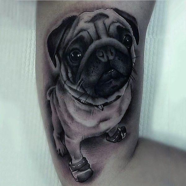 Funny 3D realistische pug hond in laarzen tatoeage op biceps