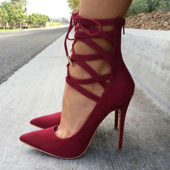 Sapato bico fino vermelho com amarrações