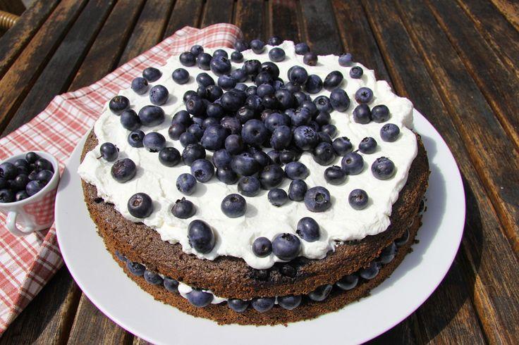 Spestrite svoj bežný deň výbornou tortou. Maková torta s čučoriedkami a šľahačkou je na to ako stvorená. Výborne chutí aj vyzerá a ešte vás aj osvieži.