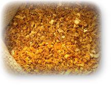 陳皮 陳皮 アンチエイジングスパイス Mikan(英)・陳皮(和、漢) Citrus unshiu Markovich(学) 知識 柑橘類の皮が・・・ 原産地は日本で主な産地は日本、中国 ミカンの皮を陳皮と呼び、日本では成熟した 温州ミカンやポンカン、マンダリンの成熟した 果皮を乾燥させ、1年以上たったものを 生薬として利用される。 「陳」とは古いという意味で、」中国では10年物、20年物や中には30年物という陳皮もあり、時間がたって変色したものほど 良品で高価である。 成分としてはフラボノ配当体などで、柑橘系成分にリモネン、リナロースが含まれる。 実成分の青い皮を干したものは青皮と呼ばれる。 料理 陳皮 甘味と少しの苦味があり、ほのかな柑橘系の香りがする。 七味唐辛子やお屠蘇、のど飴に使われる他、臭い消しとしてカレーパウダーの材料や漬物の風味付け、健康茶、中華料理の隠し味に使われる。 調理以外にも入浴剤や洗浄剤としても使用される。