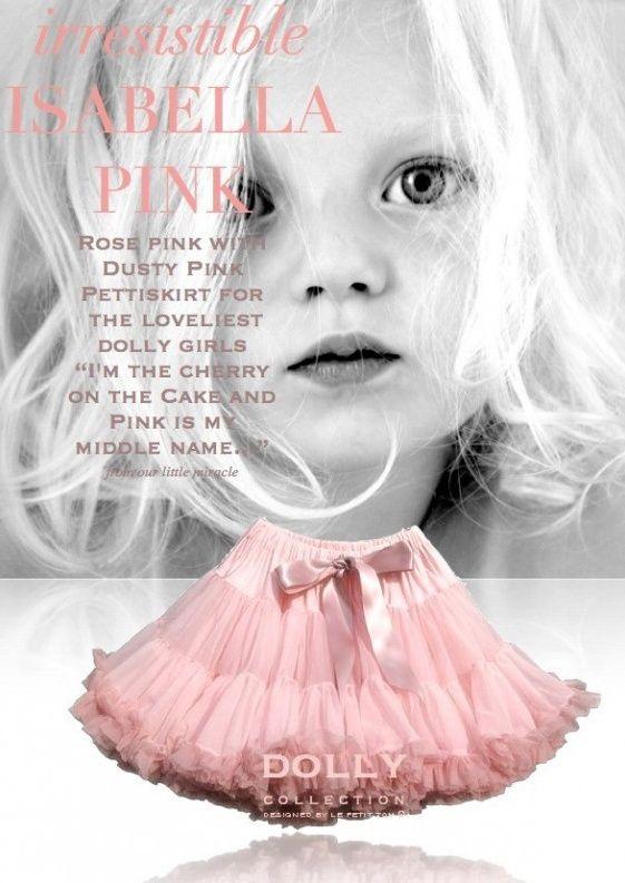 Sukně Dolly Petti Isabella Pink Nádherná dolly sukně zbarvená stejně jako lístky čajových růží. Ta nejjemnější petti sukně z hebkého nylonu, kterou si prostě musíte zamilovat. Bohatý objem a nařasení z vás udělá dokonalou dámu, saténový pas se stuhou se přizpůsobí díky regulační gumě. Doporučujeme kombinovat s jednoduchým, hladkým topem, tričkem, krátkým sáčkem, džínovou či koženou bundičkou, jako botky můžete zvolit boty na podpatku, kozačky či tenisky - fantazii se meze nekladou a vždy…