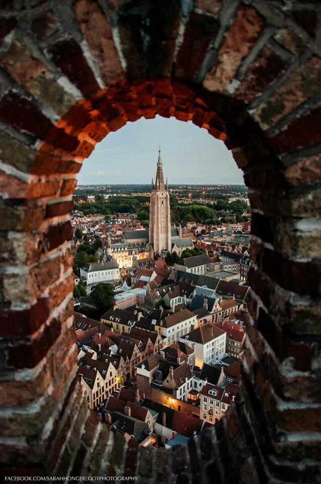 Brujas como se ve desde la torre del campanario (UNESCO), Bélgica Ver en el portal de la iglesia de Nuestra Señora, con su torre de 122 m (400 pies) de altura, es una de las torres más altas de ladrillo construido en Europa.