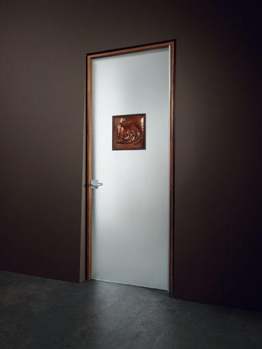 Porta a battente, linea Vitra, vetro satinato, formella in metallo Tenervol firmata da Riccardo Dalisi, carter A con maniglia Venere, stipite Isy in finitura ciliegio.