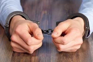 Жителя Инжавинского района осудили за убийство знакомого.  Перед судом предстал 43-летний житель Инжавинского района. Его признали виновным в убийстве знакомого.  Как установлено следствием и судом 25 декабря 2016 года осуждённый возле магазина познакомился с мужчиной и пошёл к нему домой где они распивали спиртные напитки. Во время застолья мужчины решили выяснить кто сильнее и начали бороться на руках. Между ними возник спор переросший в драку.    Осуждённый схватил со стола нож и ударил…