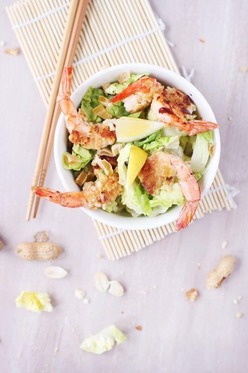 Quelques gambas panées aux cacahuètes, une salade verte bien croquante, des quartiers de citron et des morceaux de mangue séchée, cela donne une salade vit