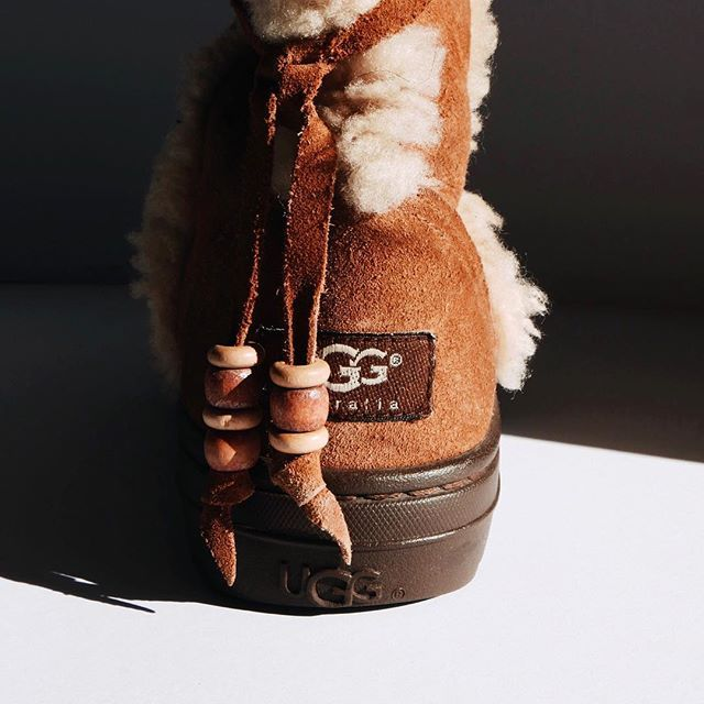 It's getting colder so let's get warm in these classic uggs, available in our webshop (link in bio). #blgshp #ugg #winter