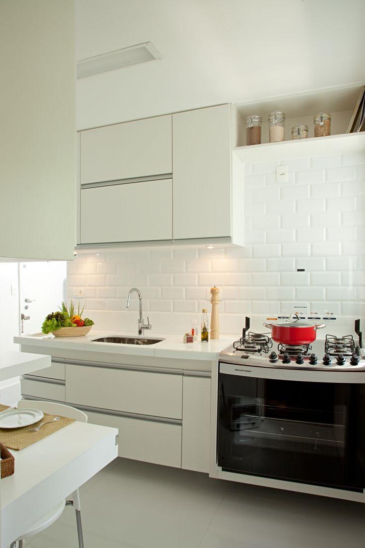 Projeto da Renata Molinari arquitetura e interiores, onde Tiles brancos foram utilizados na cozinha do apartamento como revestimento da parede sobre bancada de nanoglass.