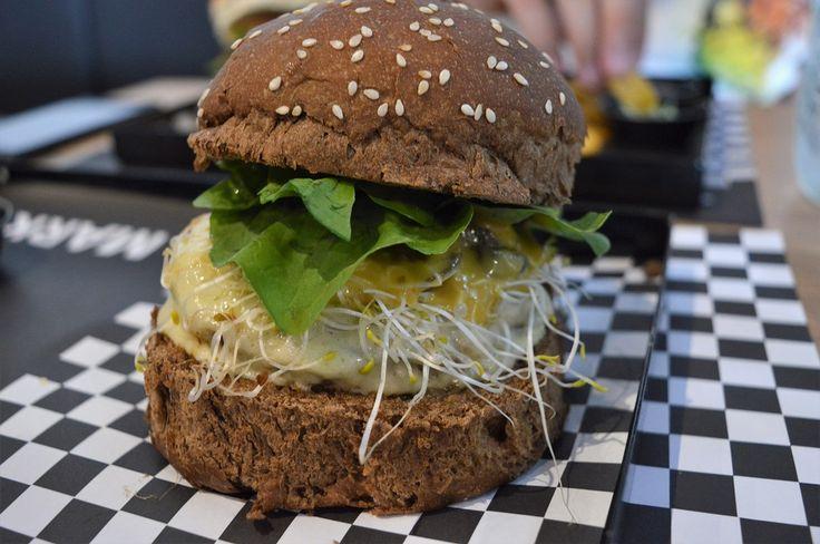 Zidane (também R$21,90) feito de pão australiano, burger de costela, mozarela, cogumelos salteados, broto de alfafa, molho de mostarda dijon, mel e rúcula.