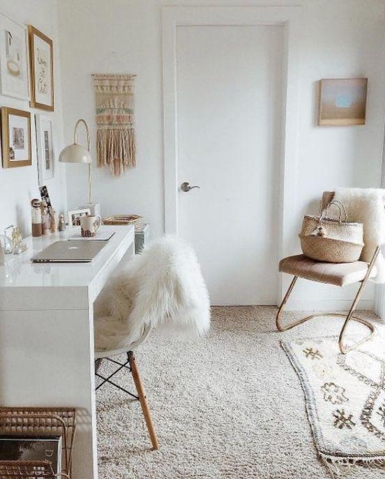 Un bureau avec une moquette beige