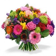 Bouquet Festivo  Este bouquet é sucesso garantido. A combinação de cores brilhantes de rosas, gerberas e bagas vermelhas irá agradar a muitos clientes. Este bouquet é perfeito para alguém para iluminar, para felicitar ou simplesmente como forma de agradecimento.