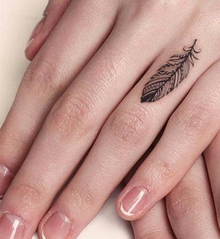 Une plume sur le dessus du doigt