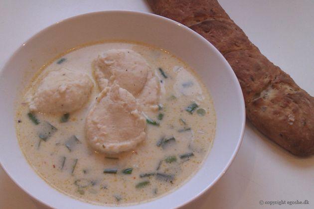 """Det hele måtte gerne gå lidt nemt til her til aften, så jeg kreerede en  """"snyde-suppe"""" på bl.a. bouillonterning og kokosmælk, men resultatet..."""