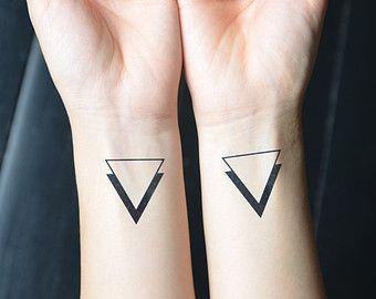 minimalist tattoo op Etsy, een wereldwijd platform voor handgemaakte en vintage items.