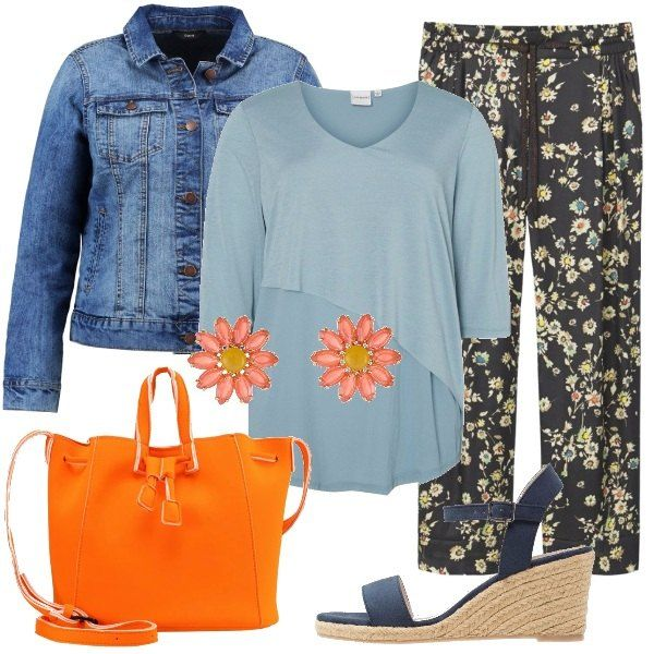L'outfit è composto da una giacca di jeans con tasche con patta, la t-shirt con taglio asimmetrico e il pantalone in fantasia floreale con fascia elastica in vita. Completano il look i sandali con zeppa, la borsa in poliestere Benetton e gli orecchini a forma di margherita.