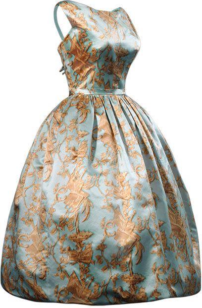 Balenciaga - COCKTAIL - Vestido de cóctel en satén azul estampado con decoración de candelieri de color dorado  1957 Ca Perteneció a Mrs. Rachel L. Mellon.