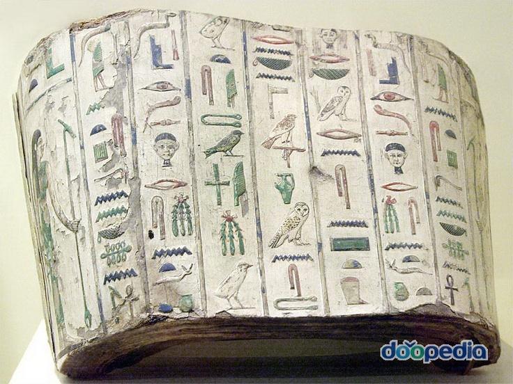미이라를 싸는 천  * 독수리와 뱀  -> 상하 이집트의 두 영토를 나타내는 의전용 동물      이들의 등장은 나일강 삼각주와 나일계곡 지역의       통일을 상징.  눈 -> 호루스의 눈을 뜻하는 것.   앵크 십자가 -> 영원한 생명   사자의 얼굴이 나와있다.