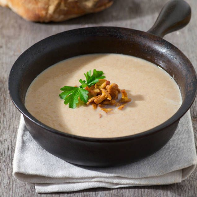 Kantarellsoppa är en ljuvlig maträtt. Servera den till förrätt eller avnjut den som huvudrätt tillsammans med ett gott bröd.