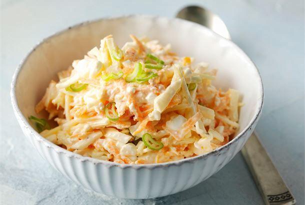 Mehevä kaalisalaatti sopii monenlaisten arkiruokien, kuten makaronilaatikon ja kiusausten lisäkkeeksi. http://www.valio.fi/reseptit/meheva-kaalisalaatti/ #resepti #ruoka