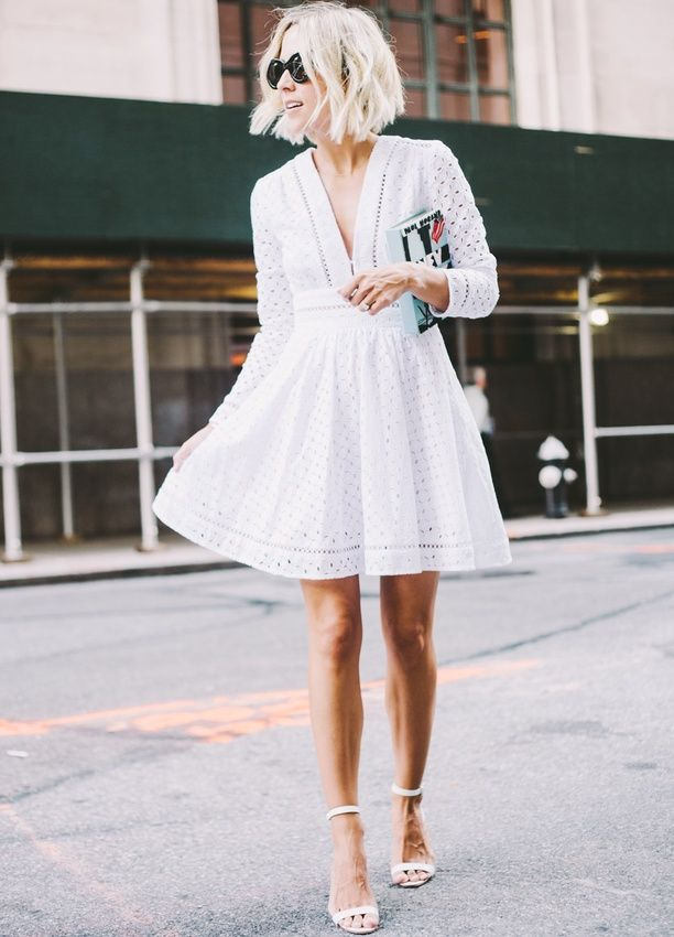 Robe en broderie anglaise blanche + sandales hautes perchées minimalistes blanches = le bon mix (Damsel in Dior)