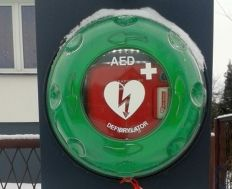 And you can save someone's life - convinced the initiators of setting a defibrillator in the municipality of Pulawy. It is one of the few villages in Poland where operating such a device.  The principle of its operation is simple, and it can handle almost everyone. After connecting to the chest he analyzes the heart rhythm and determines whether the patient requires defibrillation. Later you can save lives. Residents admit that such a device will feel more secure.
