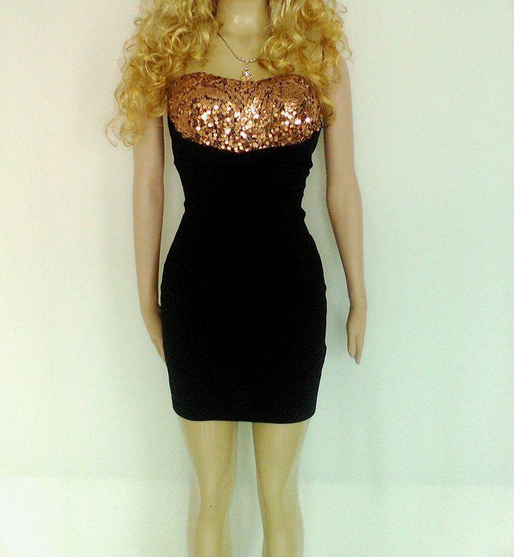 Vestido corto ajustado, strapless color negro y lentejuelas doradas.