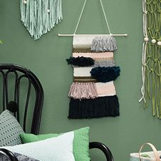 Met het weefraam van pipoos maak je een wandkleedje voor aan de muur. Maak het kleedje extra gezellig door er diverse kleuren, patronen, tassels, pompoms of kralen door te weven.