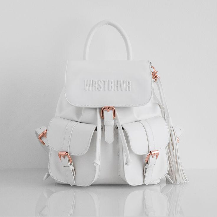Weißer Rucksack aus Kunstleder  Verstellbare Trageriemen  Umschlagklappe  Kordelzugverschluss  Zwei externe Taschen außen  Innentasche mit Reißverschluss  Mit feuchtem Tuch reinigen Innenmaße: 22cm breit x 22cm hoch 100% PU-Leder