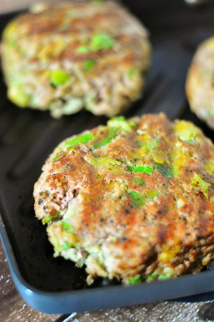 Avocado Turkey Burgers by thelovenerds: A fabulous, lighter burger to grill this summer #Burgers #Turkey #Avocado