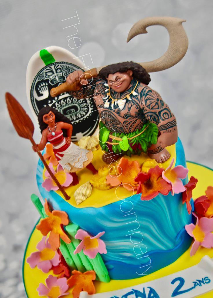 Détail du gâteau Vaiana. La planche de surf a les tatouages de Maui imprimés dessus. Details of Moana birthday cake. We have printed Maui's tattoes for the surfboard.