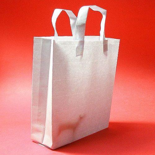 http://bax.fi/paperikassit-ja-yrityskuva  Niinkin tavallinen esine kuin paperikassi voi toimia tärkeänä osana yrityksen imagonrakennusta. Useimmat kuluttajat haluavat ostoksilleen kassin, kun ostavat jotakin, varsinkin jotakin hieman ylellisempää. Paperikasseja tulee helposti käytettyä myös muussa tarkoituksessa jälkeenpäin, kuten picnic-kassina. #paperikassi #paperikassit #paperbag #paperbags #messut #lahjakassi #fairs #giftbag #finland
