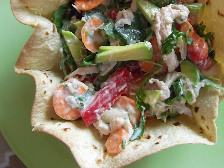 Coșulețe cu salată de pui, legume și avocado