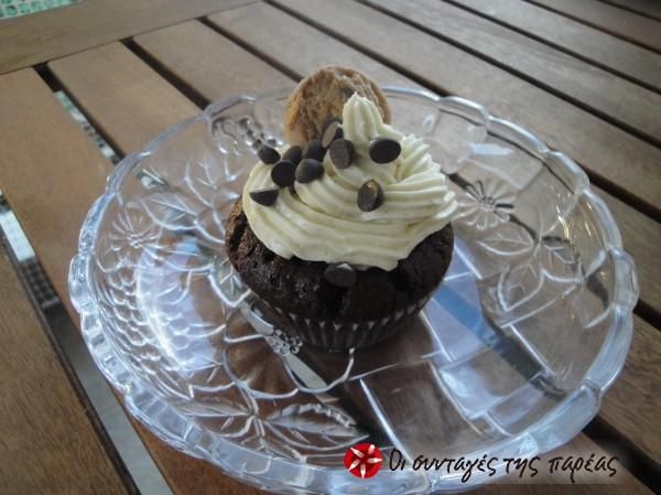 Chocolate cupcakes with a heart of cookie dough Σοκολατένια cupcakes γεμιστά με ζύμη μπισκότου! #sintagespareas