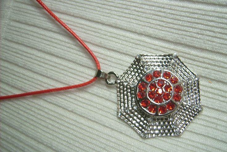 Kristály és piros köves, 8 szögletű medálos nyaklánc. A nyaklánc hossza: 45 cm. + 5 cm. A medál mérete: 48 x 38 mm. 390.-Ft.