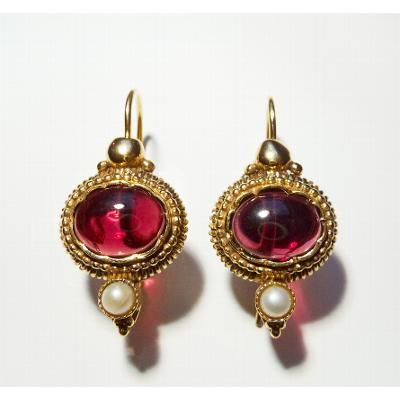 'Rembrandt' garnet and pearl drop earrings   Gilded sterling silver drop earrings (l. 2.5 cm I 1.0 in) with garnet (Ø 1.0 cm I 0.4 in) and freshwater pearl   Designed and made by silversmith Foufke Hartog, this jewellery was inspired by jewels worn in Holland in the 17th century. The use of colour, design and choice of precious and semi-precious stones are based on jewels worn by figures depicted in Rembrandt's paintings.