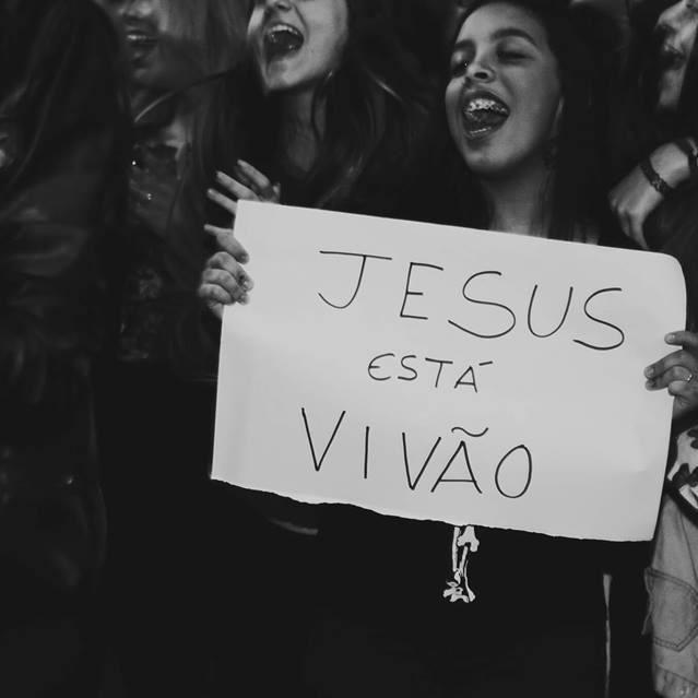 ELE VIVE! Deixe seu amém! Marque aqui os seus amigos que precisam ouvir essa mensagem. Compartilhe! #SomosPedrasVivas #JuntosPeloReino #InstagramCristão #somosumso #Gospel #igscomproposito #vscocristao #escolhiesperar #Deusnocomando #Biblia #bilbe #JesusFreak #oração #igscomproposito #fé #Jesuschrist #instagood #grace #Dios #God #Deus #Jesus #palavra