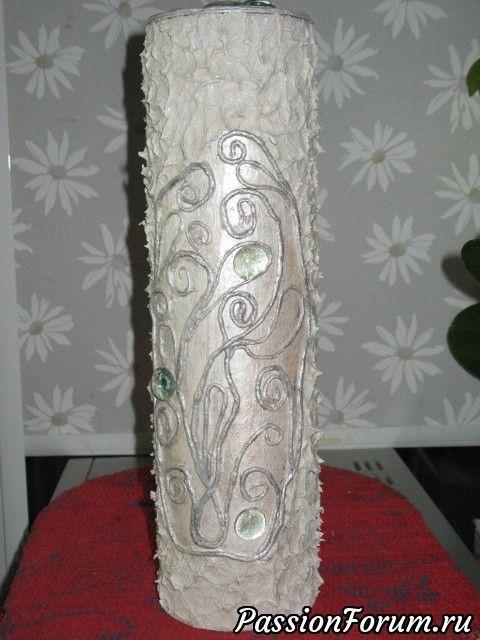 """Из банки получилась вот такая вполне изящная вещь. Хочешь - храни в ней что-то, или дари, или можно использовать и как вазу. В эту банку хорошо встаёт стеклянная ваза(у меня как раз есть подходящая. Здесь объёмный декупаж текстурной пастой и пейп-арт из салфеток, ну и несколько кобошончиков из """"фикс прайза"""")))"""