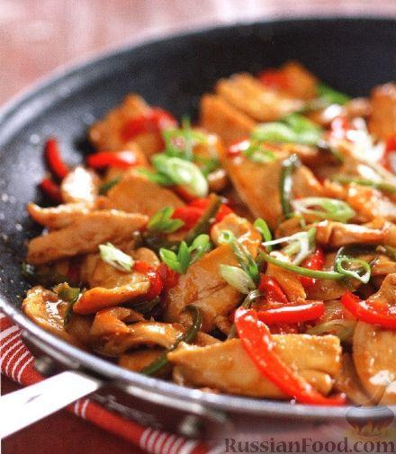 """Куриная грудка, шпигованная перцем, на рисовых лепешках со спаржей под соусом """"Чили"""""""