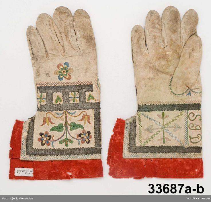 SE Värend (Allbo hd). Fingerhandskar med silkesbroderier.