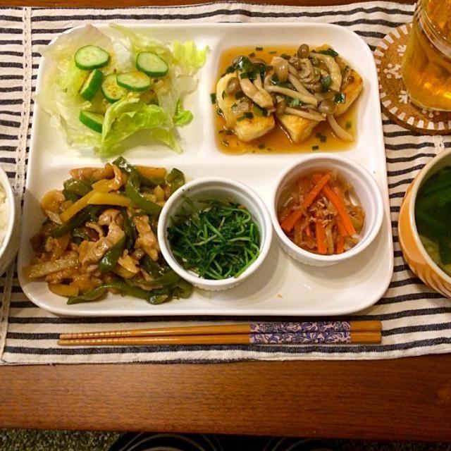 タケノコではなくて、じゃがいもを入れてみました(❛ᴗ❛(❛ᴗ❛♡ほくほくて、食べ応えあります♡ - 16件のもぐもぐ - 豚肉とじゃがいもの青椒肉絲 揚げ出し豆腐きのこあん 豆苗の胡麻和え ほうれん草スープ サラダ by hasese