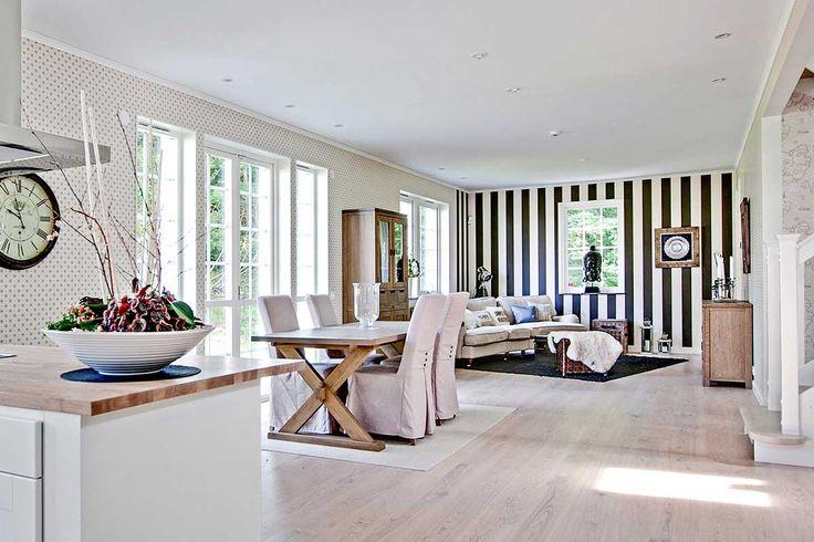 Öppen, luftig planlösning med kök, matplats och vardagsrum.