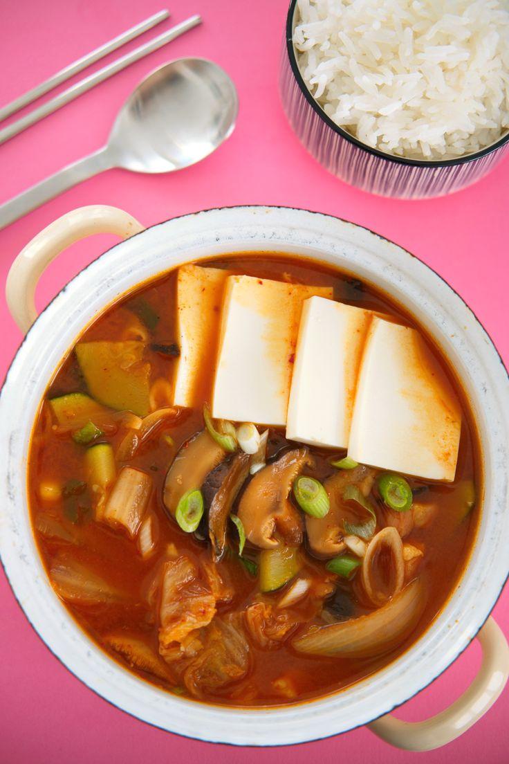 Kimchi jjigae er en koreansk suppestuing som er forbløffende lett å lage, og usannsynlig vanedannende god. Servert gloheit med dampet ris ved siden av, er dette comfort food deluxe!   http://www.gastrogal.no/kimchi-jjigae/  #Gryterett, #Jjigae, #Kimchi, #KimchiJjigae, #Koreansk, #Suppe, #Tofu, #Vegetarisk