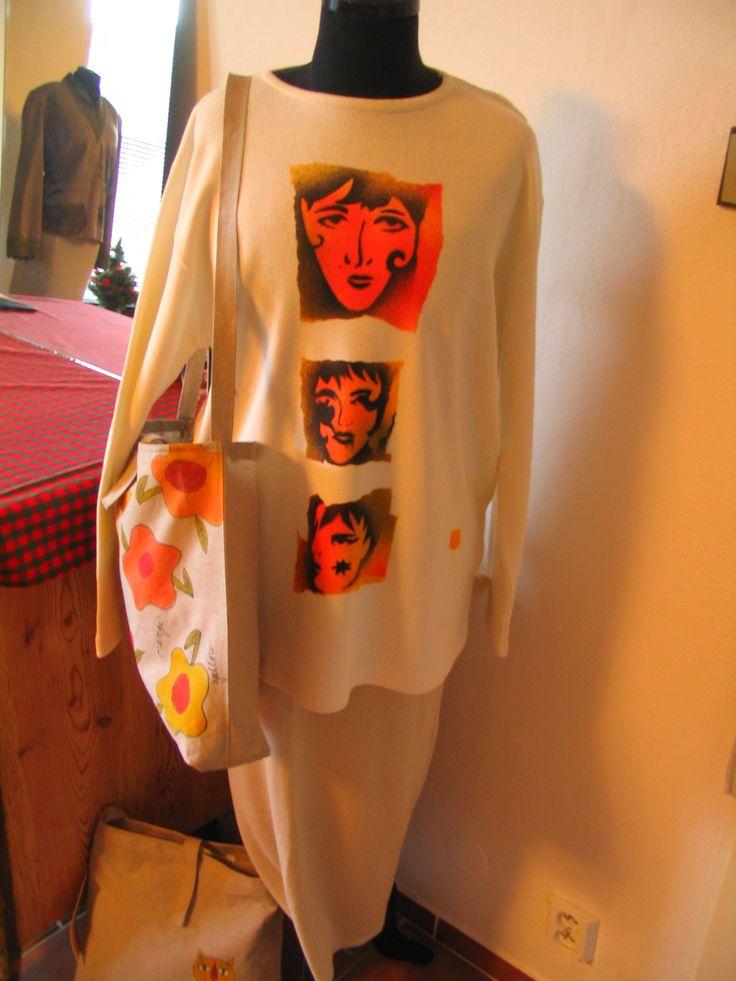 Bílý slabý svetr s ruční malbou Bílý svetr z české pletárny - 54% Bavlna, 46 Acryl velikost L (délka 71 cm, přes prsa 112 cm, délka rukávu od ramene 58 cm) s malbou - airbrush + ruční malba, pouze 1 kus - originál. Perte v ruce.