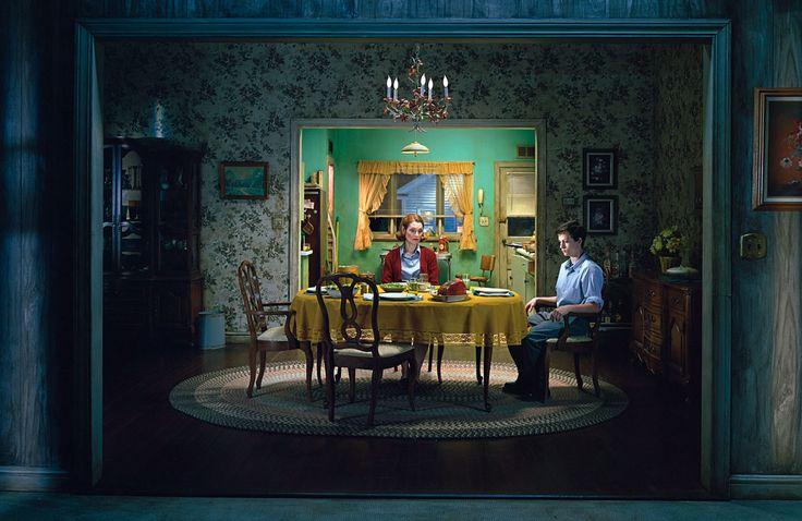 Gregory Crewdson réalise ces scènes de la vie américaine en les mettant totalement en scène, tout est ré-éclairé avec des techniques de cinéma, tout est conçut avant la photographie, parfois tout est construit spécialement pour une photographie, pour comprendre son processus créatif voici une interview intéressante où on voit comment il a fabriqué la photo …