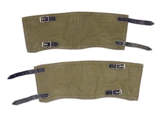 Guêtres de Boot véritable Ex-Army  Toile de coton épais et résistant, couleur olive Sangles en cuir noir et boucles métalliques Cuir renforcé à lintérieur (voir deuxième photo) Peut-être certains timbres de larmée (à lintérieur) 40 cm de long, 13 cm de haut (16 x 5 pouces) Publié le stock de lex-armée, légèrement utilisé, certains colorent se fanant toile et cuir, rien de majeur qui aurait une incidence sur lutilisation Fabriqué en 1960/70, allemand dorigine   Le prix est pour une paire…