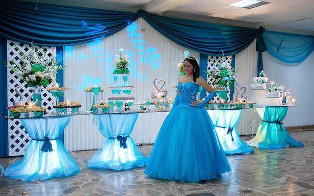 muchacha bella con su vestido azul y la decoración relacionada