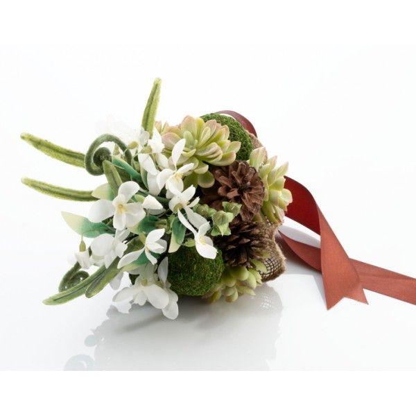 Questo incantevole bouquet effetto muschio unisce splendide tonalità di verde e  marrone, con una spruzzata di bianco per un accessorio floreale naturale ed elegante.  Muschio, pigne e fiori bianchi compongono questo meraviglioso ed originalissimo  bouquet. L'impugnatura è rivestita in nastro di raso marrone e il bouquet misura  18 cm.