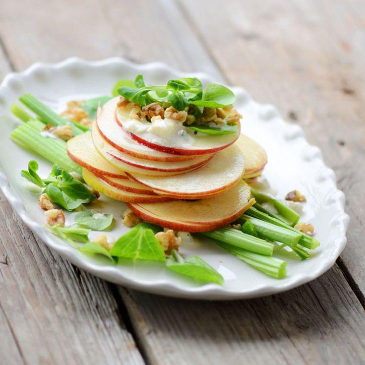 Verwijder het klokhuis van de appels. Snijd de appels in plakken van 2 cm. Maak de bleekselderij schoon, snijd de stengels in dunne plakken van 2 cm. Roer